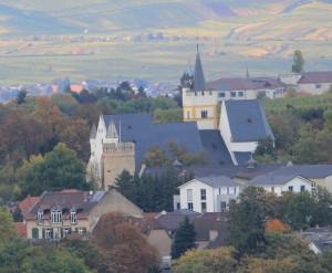 Bild: Sabine Kanzler - Blick auf die Remigiuskirche, im Hintergrund der Rheingau